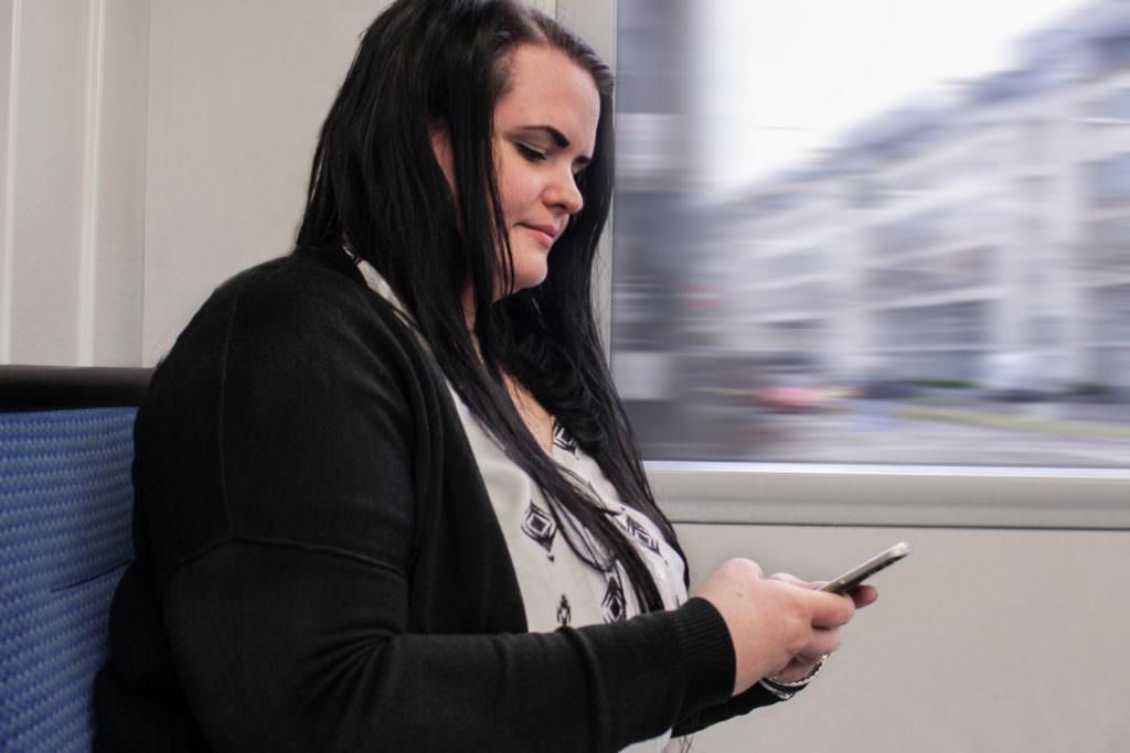 Christiane Hermann beim morgendlichen E-Mails checken in der Bahn