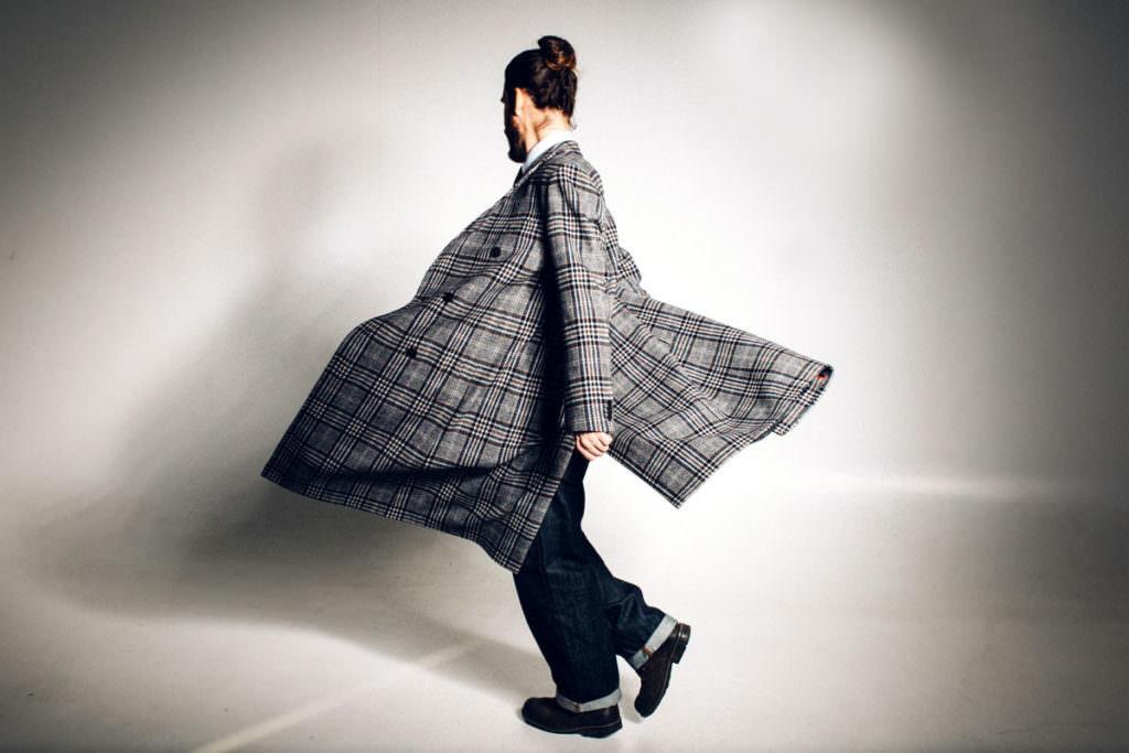 Mann mit Mantel dreht sich
