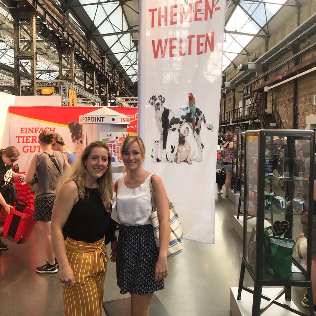 Die beiden Autorinnen Sabrina und Luisa bei der Messe Heimtierwelt in Düsseldorf